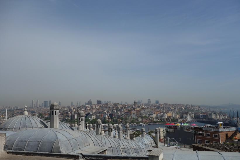 Utsikten från trädgården som tillhör Süleymaniyemoskén, Istanbul.