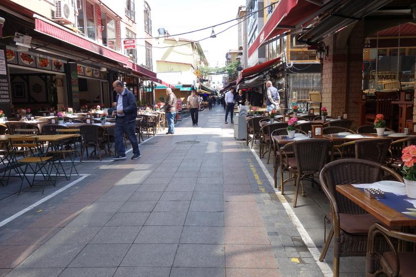 Gatuscen längs Güneşli Bahçe i centrala Kadiköy, Istanbul.