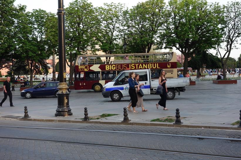 Turistbuss vid Sultanahmet park, Sultanahmet, Istanbul.