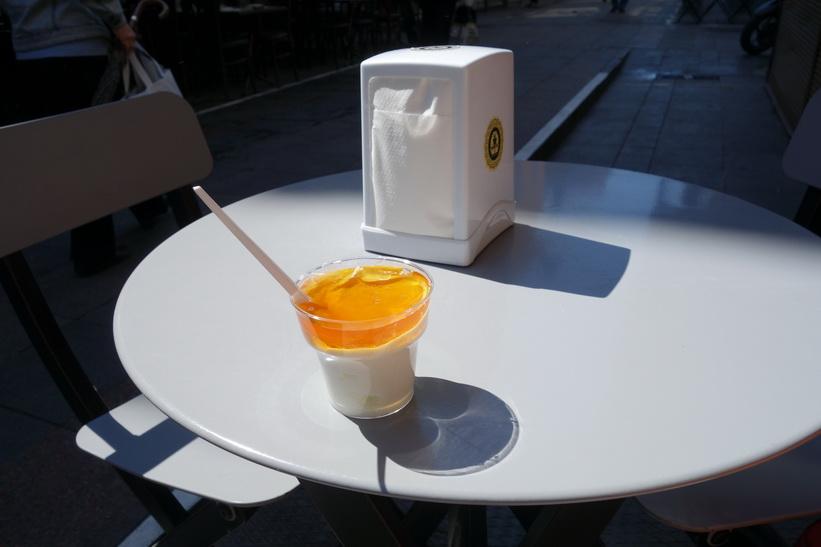 Ett måste. Yoghurt och honung på Honeyci i centrala Kadiköy, Istanbul.