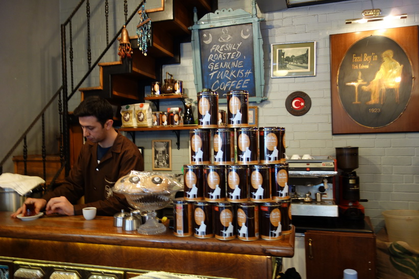 Ett måste. En kaffe på Fazil Bey's Turkish Coffee, Kadiköy, Istanbul.