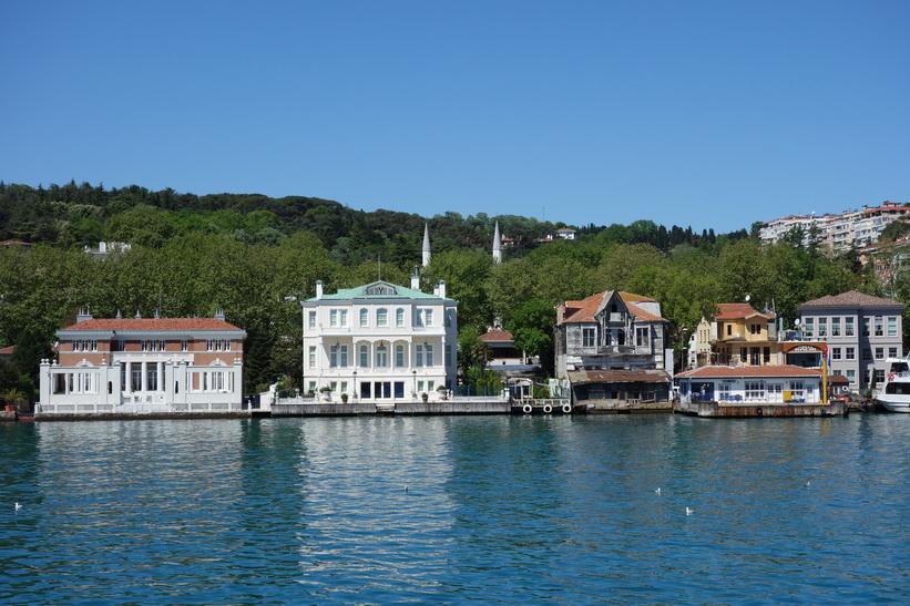 Fantastiska hus vid Bosporens strand på den asiatiska sidan, Istanbul.