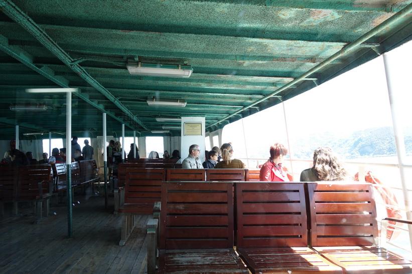 Passagerare som njuter av utsikten ombord på Bosporen-färjan, Istanbul.