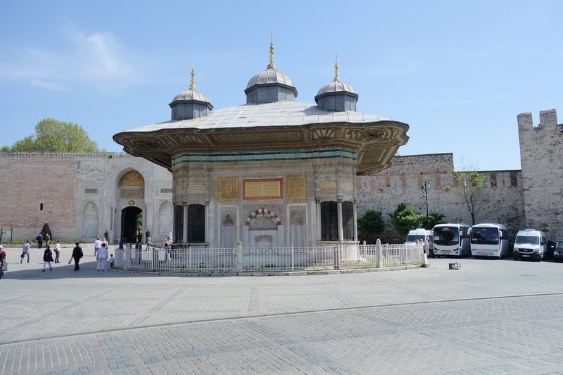 Fountain of Sultan Ahmed III, framför entrén till Topkapi Palace, Istanbul.