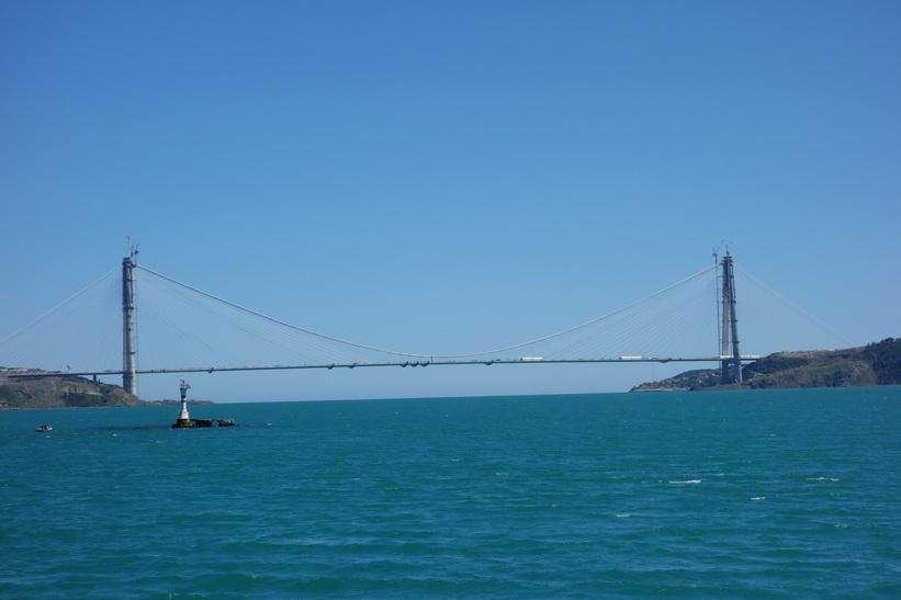 Den tredje Bosporen-bron under konstruktion med Svarta havet i bakom, Istanbul.