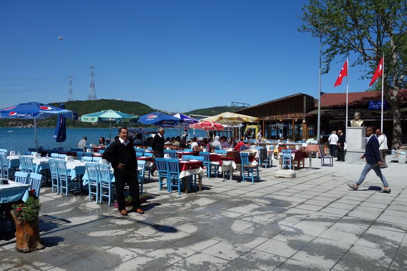 Restaurangägarna var ivriga att ragga upp kunder bland passagerarna från den nyanlända färjan, Anadolu Kavağı, Istanbul.