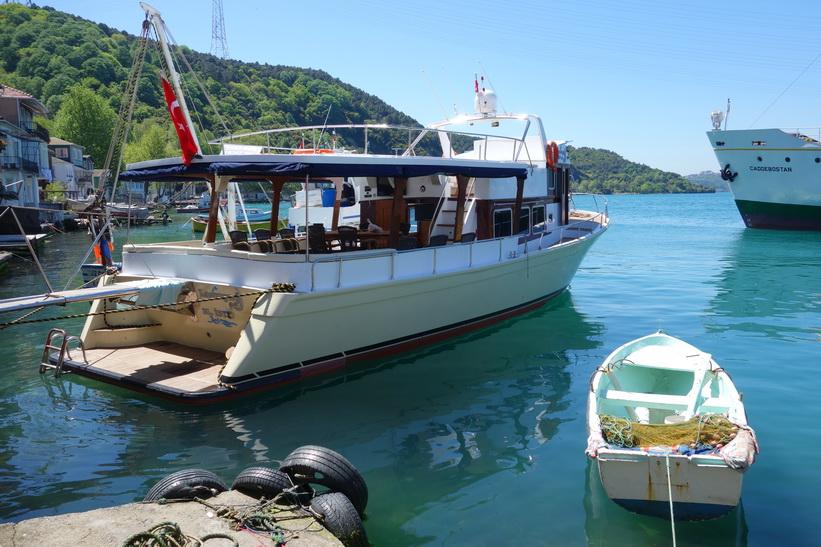 Båt i hamnen i Anadolu Kavağı, Istanbul.