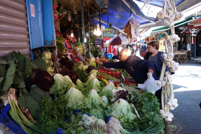 Grönsaksstånd i centrala Kadiköy, Istanbul.