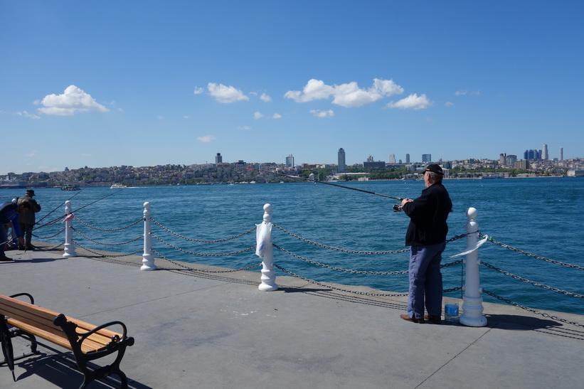 Fiske vid färjeterminalen i Üsküdar, Istanbul.