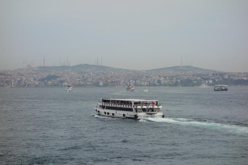 Färjetrafik med den asiatiska delen av staden i bakgrunden sedd från Galata-bron, Istanbul.