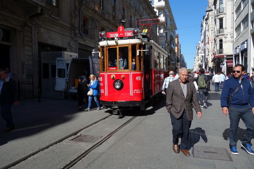 Spårvagnen som går mellan stationerna Taksim och Tünel längs på gågatan Istiklal i Beyoglu, Istanbul.