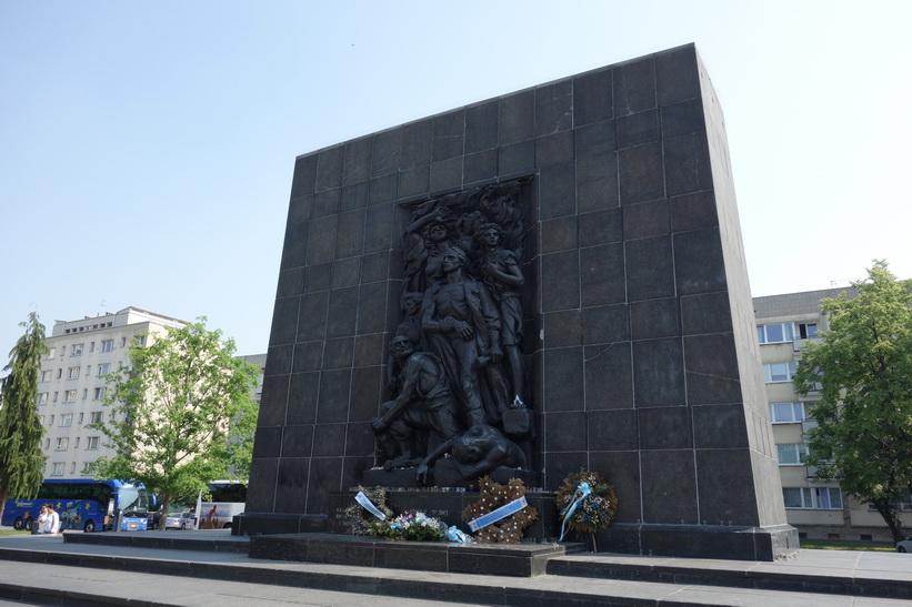 Ghetto Heroes Monument, till minne av de som förlorade sina liv i upproret i Warszawa 1943.