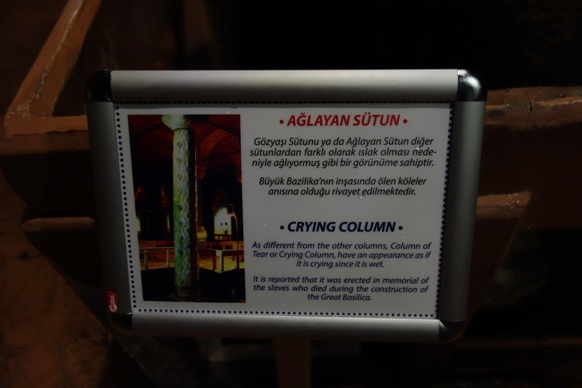 Denna bild beskriver Crying column som kan ses på bilden nedanför, Basilikacisternen i Sultanahmet, Istanbul.