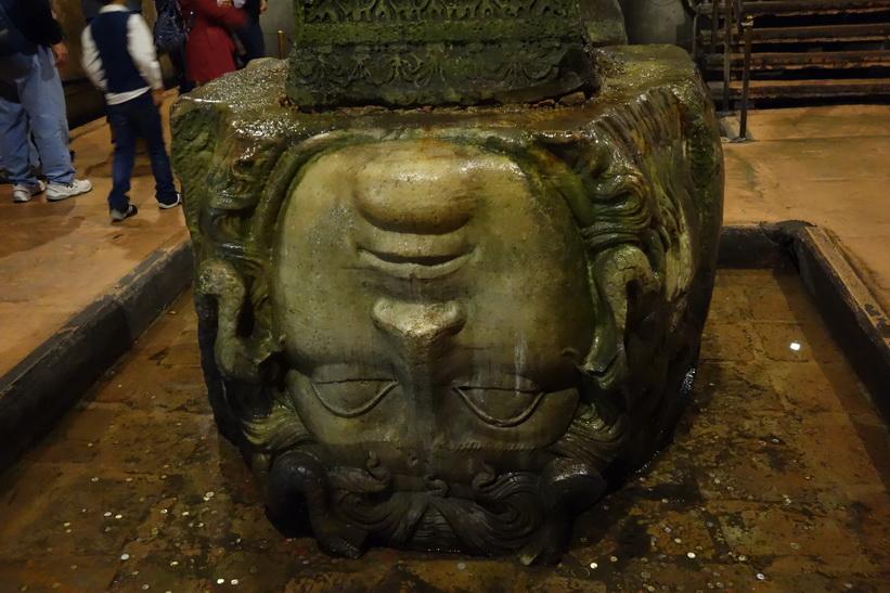 Ett av de två huvuden som föreställer antikens Medusa, Basilikacisternen i Sultanahmet, Istanbul.