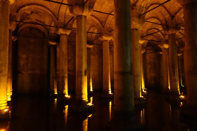 Några av de totalt 336 marmorpelare som finns i Basilikacisternen, Sultanahmet, Istanbul.