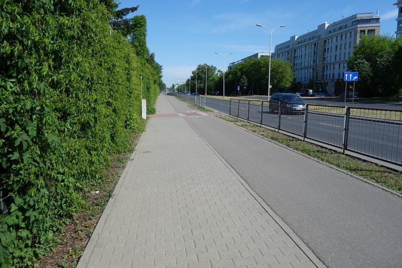 Den långa promenaden till Vitrysslands ambassad i solen idag gick mestadels längs denna väg, Warszawa.