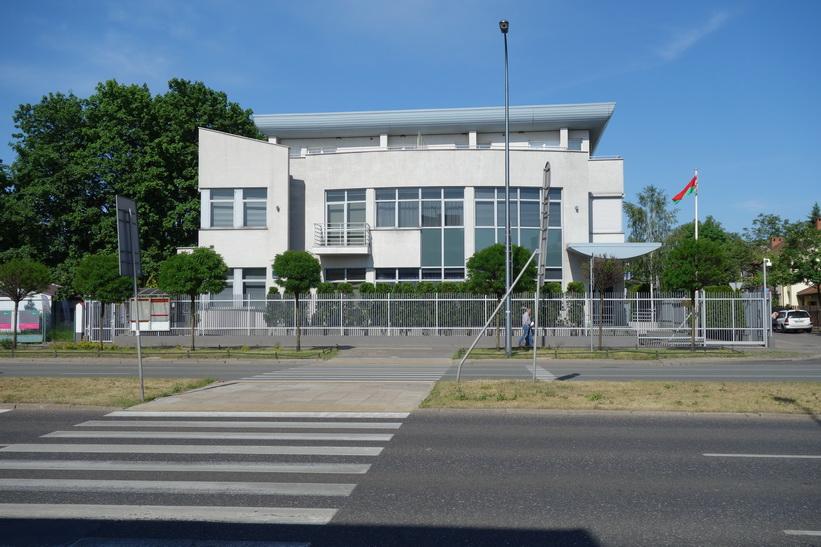 Vitrysslands ambassad i Warszawa. Den ser mer fängelseliknande ut än andra ambassader i området!