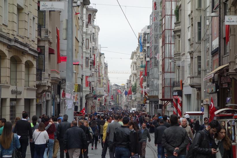 Massor av folk på gågatan Istiklal i Beyoglu, Istanbul.