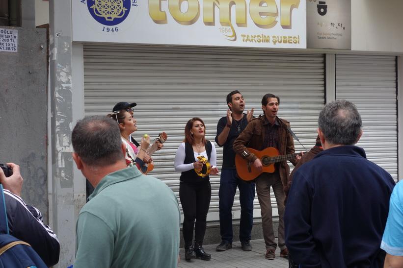 Underhållning längs gågatan Istiklal i Beyoglu, Istanbul.