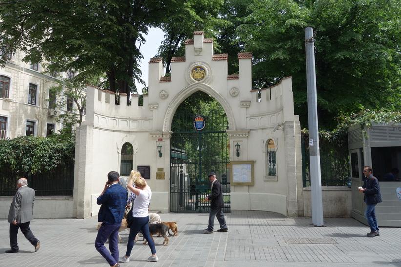 Sveriges generalkonsulat i Istanbul ligger också längs Istiklal, Beyoglu, Istanbul.