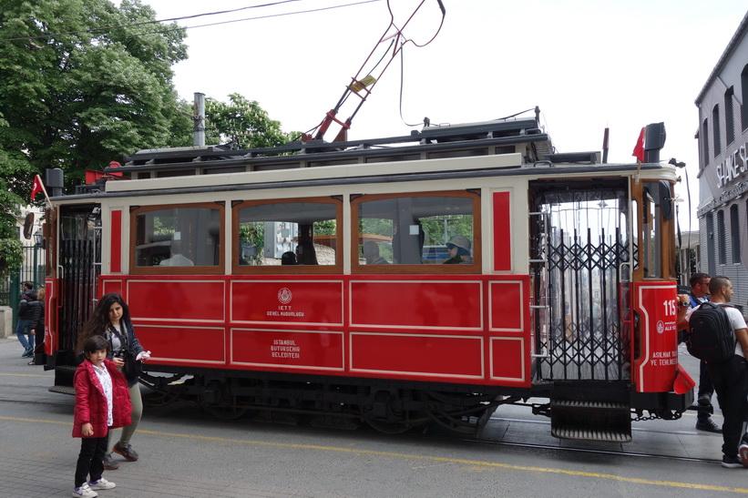 Spårvagnen som går upp och ner längs gågatan Istiklal, Beyoglu, Istanbul.