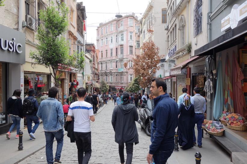 Gatuscen längs en av många branta gator i centrala Istanbul.