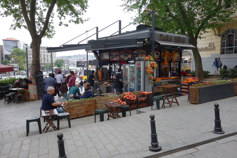Turkisk kiosk i närheten av spårvägsstation Karaköy, Istanbul.