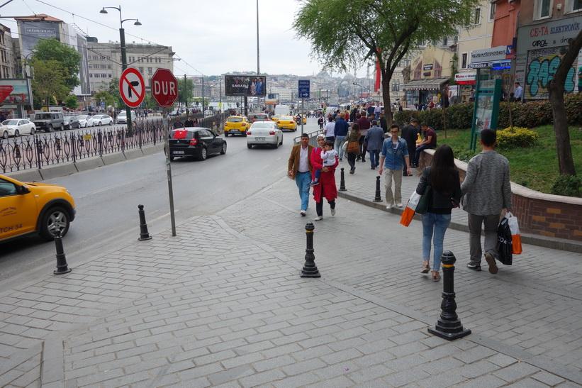 Gatuscen i närheten av spårvägsstation Karaköy, Istanbul.
