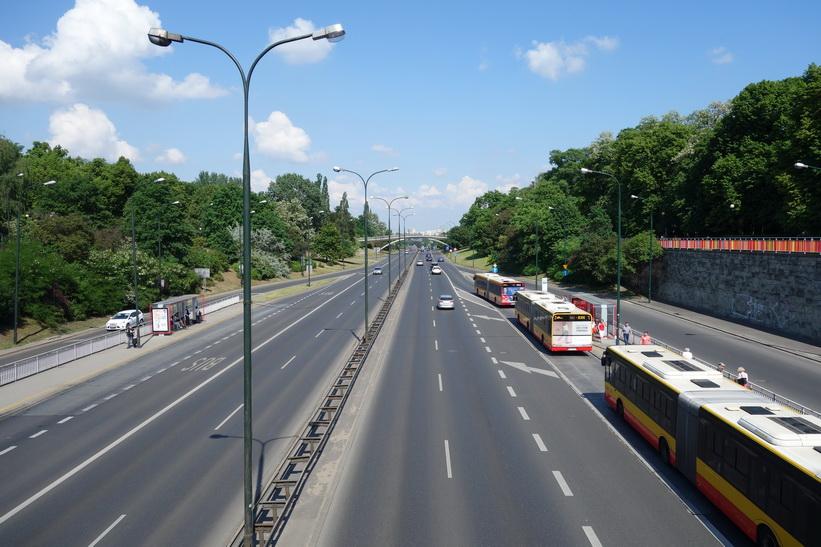Den stora genomfartsleden Armii Ludowej vid Łazienki Park, Warszawa.