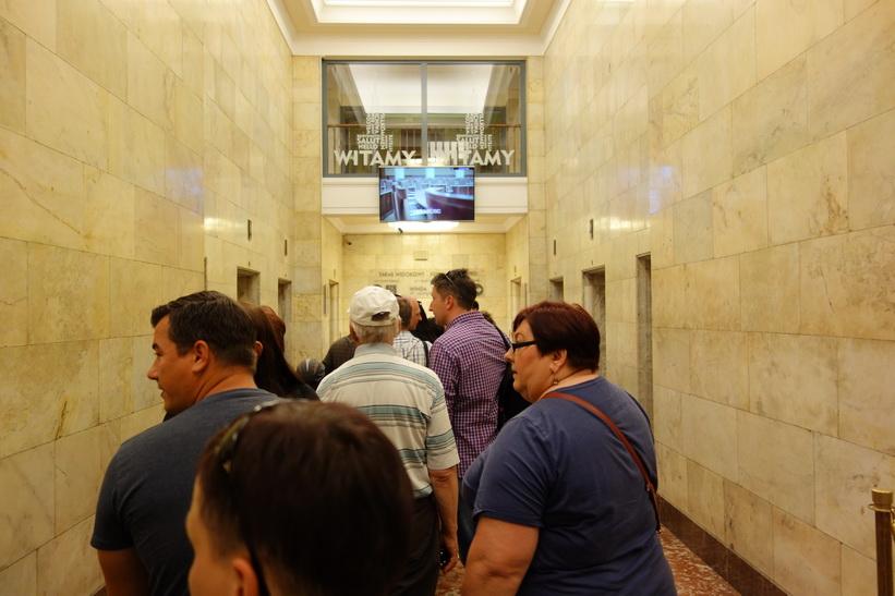 I väntan på hissen upp till 30:e våningen på 114 meters höjd, Palace of Culture and Science, Warszawa.