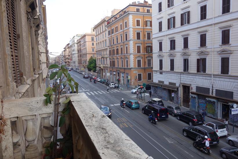 Utsikt från balkongen på mitt rum. Gatan heter Via Napoleone III och den ligger ett stenkast från centralstation Termini mitt i centrala Rom.