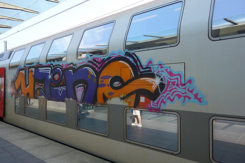 Tåget som tog mig till Brygge hade rejäla utsmyckningar, stationen i Brygge.