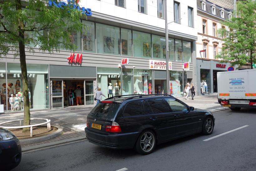 Hennes & Mauritz i Luxemburg city. Företaget har alltid topplägen på sina butiker.