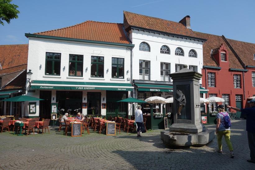 Gatuscen i vackra Brygge.