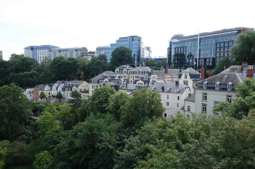 Utsikt över delar av Luxemburg city från en av stadens broar.