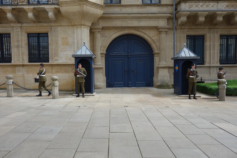 Vaktavlösning vid Palais Grand Ducal, Luxemburg city.