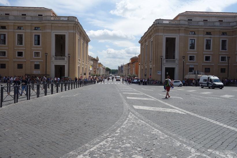 Via della Conciliazone som leder i ut från Petersplatsen, Rom.