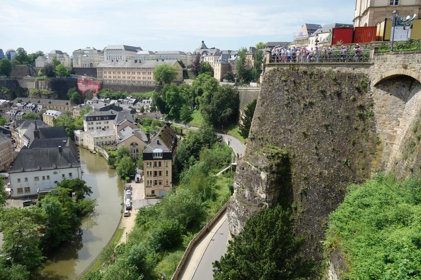 längs Chemin de la Corniche. Observera turisterna till höger i bild. Luxemburg city..