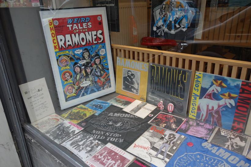 Skivaffär i centrala Bryssel med en massa Ramones-plattor på vinyl.