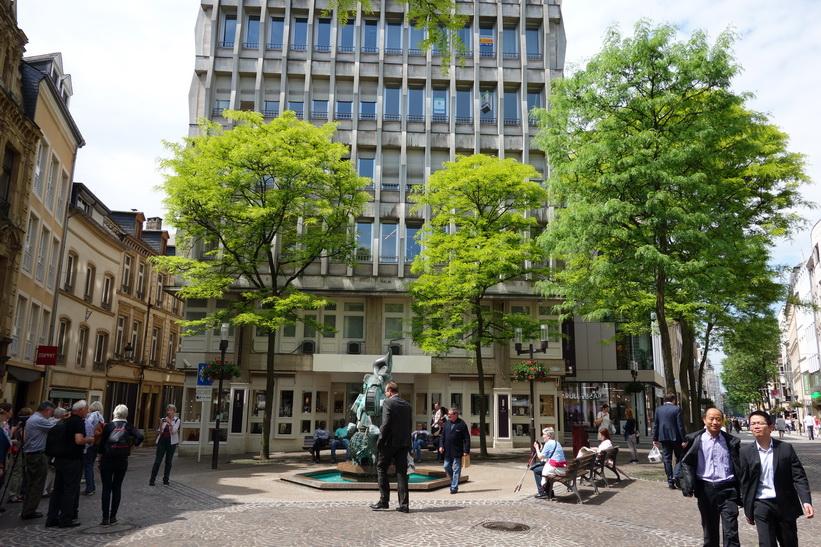 Det lilla torget med fontänen March of the sheep i början av gågatan i Luxemburg city.