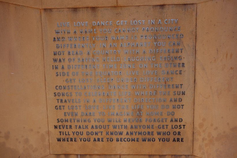 Denna text hittade jag på en fasad på en innergård i centrala Brygge. Ett viktigt livsbudskap!