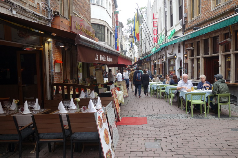 Restauranger längs gatan Rue des Bouchers, Bryssel.