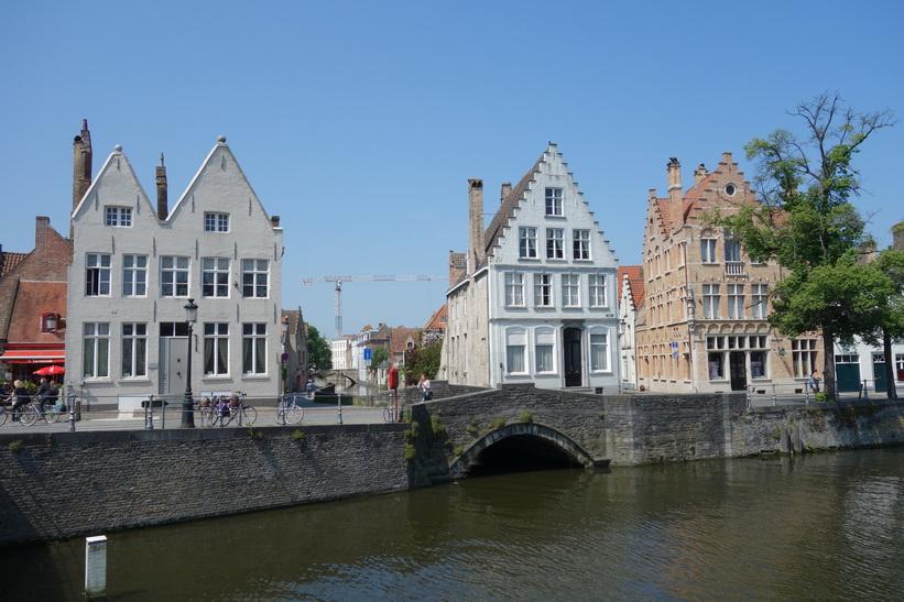 Fantastisk arkitektur längs en av Brygges centrala kanaler.