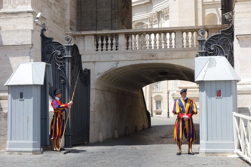 Vakter vid Peterskyrkan, Vatikanstaten, Rom.