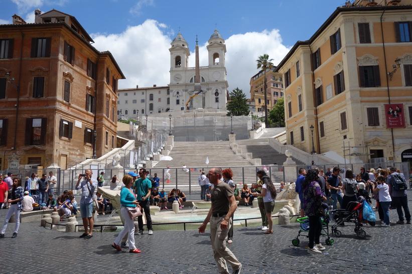 Spanska trappan med kyrkan Trinità dei Monti i bakgrunden, Rom.