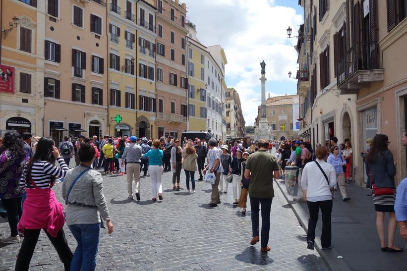 Piazza di Spagna med Colonna dell'Immacolata i bakgrunden, Rom.