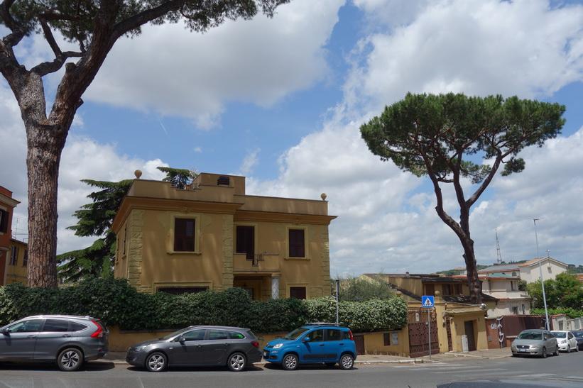 Gatuscen längs Viale Vaticano som följer muren som omger Vatikanstaten, Rom.