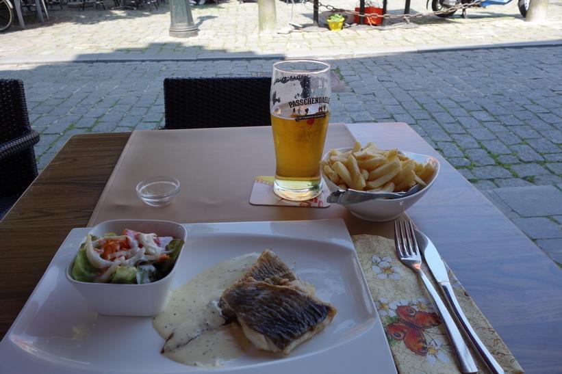 En fantastisk trevlig fisklunch vid Jan van Eyck-torget i centrala Brygge.