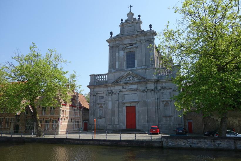 Liten kyrka längs en av Brygges centrala kanaler.