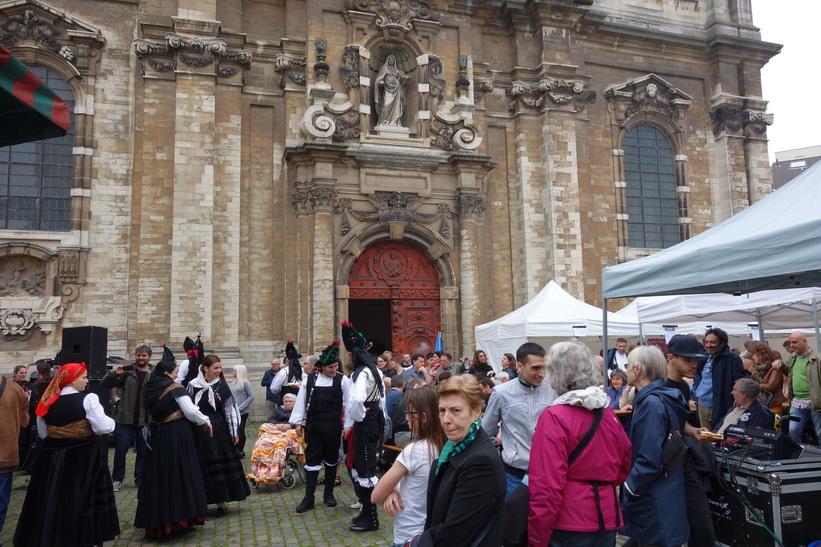 Folkfest utanför kyrkan Sint-Jan Baptist ten Begijnhofkerk från 1657, Bryssel.